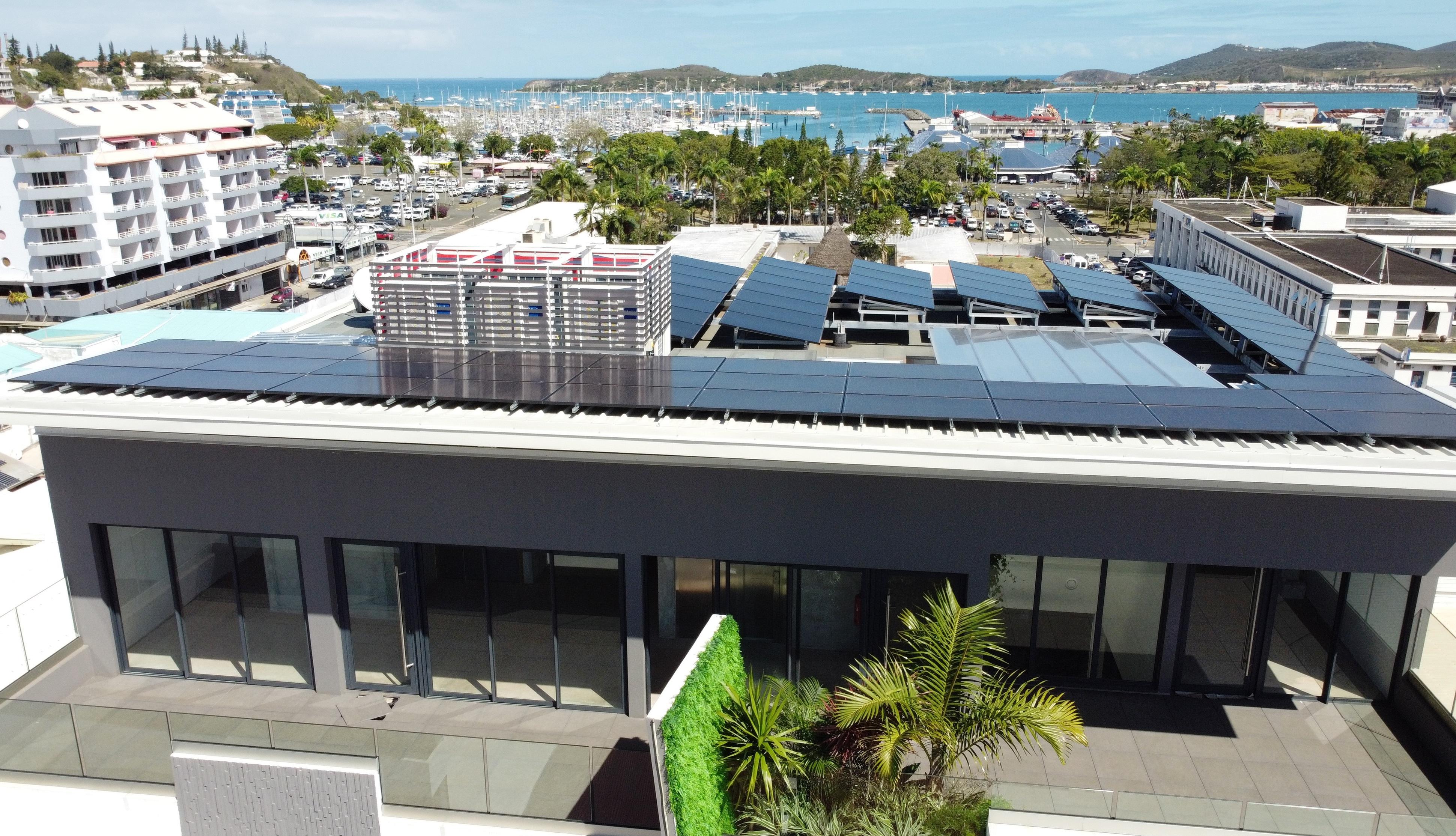 Solis - Bissora Quartier Latin : 76 modules sur toiture tôle et toiture terrasse. Micro-onduleurs triphasés natif APSystems.